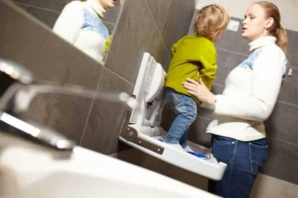 mama y nino en el inodoro