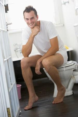 muchacho sentado en el inodoro